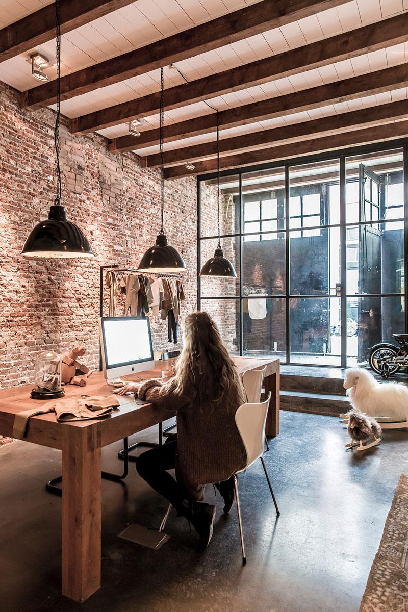 Vivir alrededor de un patio estilo industrial en for Cofre de estilo industrial