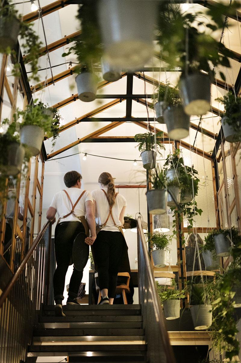 Väkst-restaurant-plants-stairs